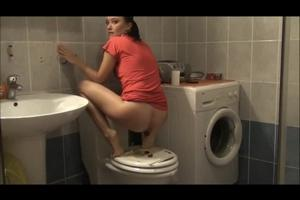 Juliet scat on the toilet seat