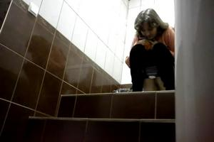 Woman recorded a hidden camera in the toilet