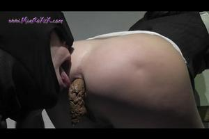 Licks pooping ass girlfriend